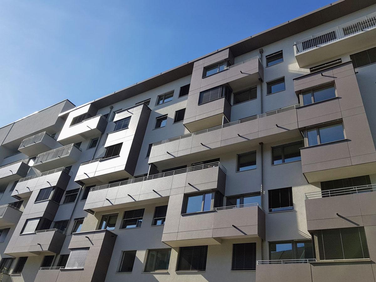 Kunststoff-Alu Fenster von Dr. Maitz in hellbraunem, modernen Gebäude in Graz
