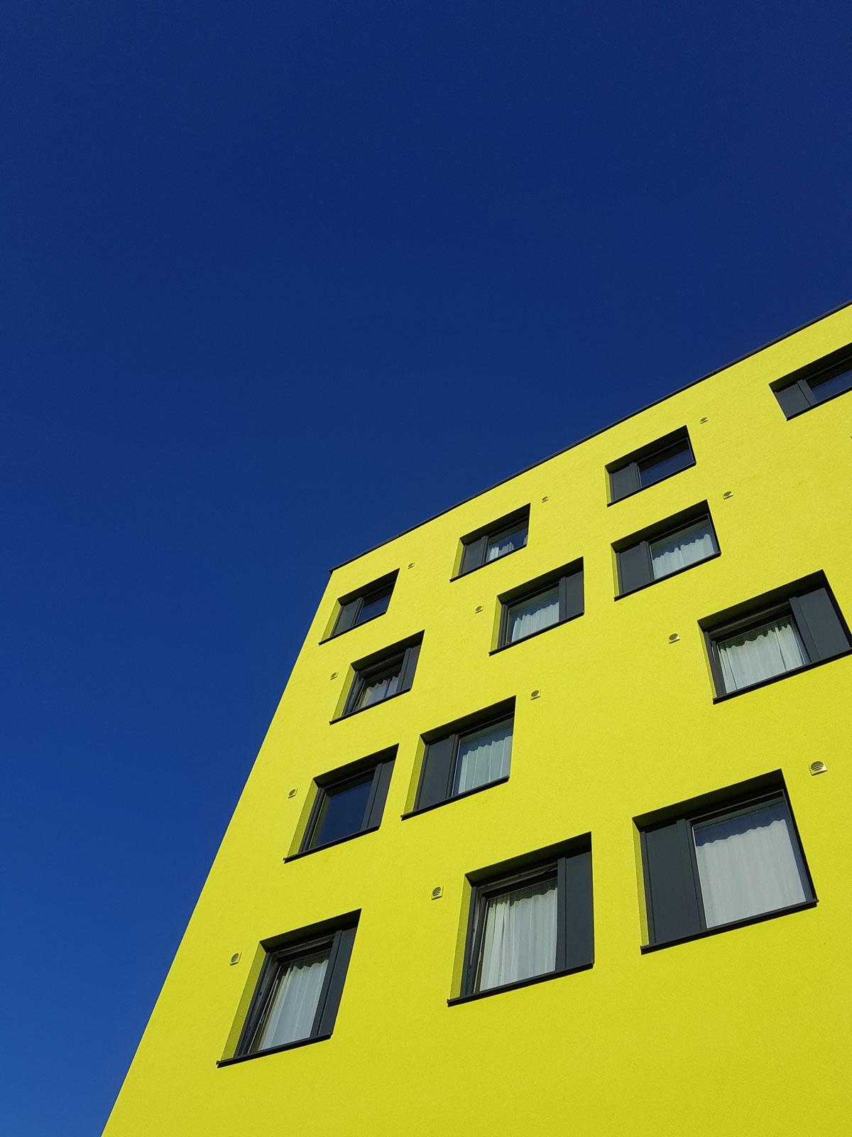 Kunststoff-Alu Fenster von Dr. Maitz in hellgrünem, modernen Gebäude in Graz