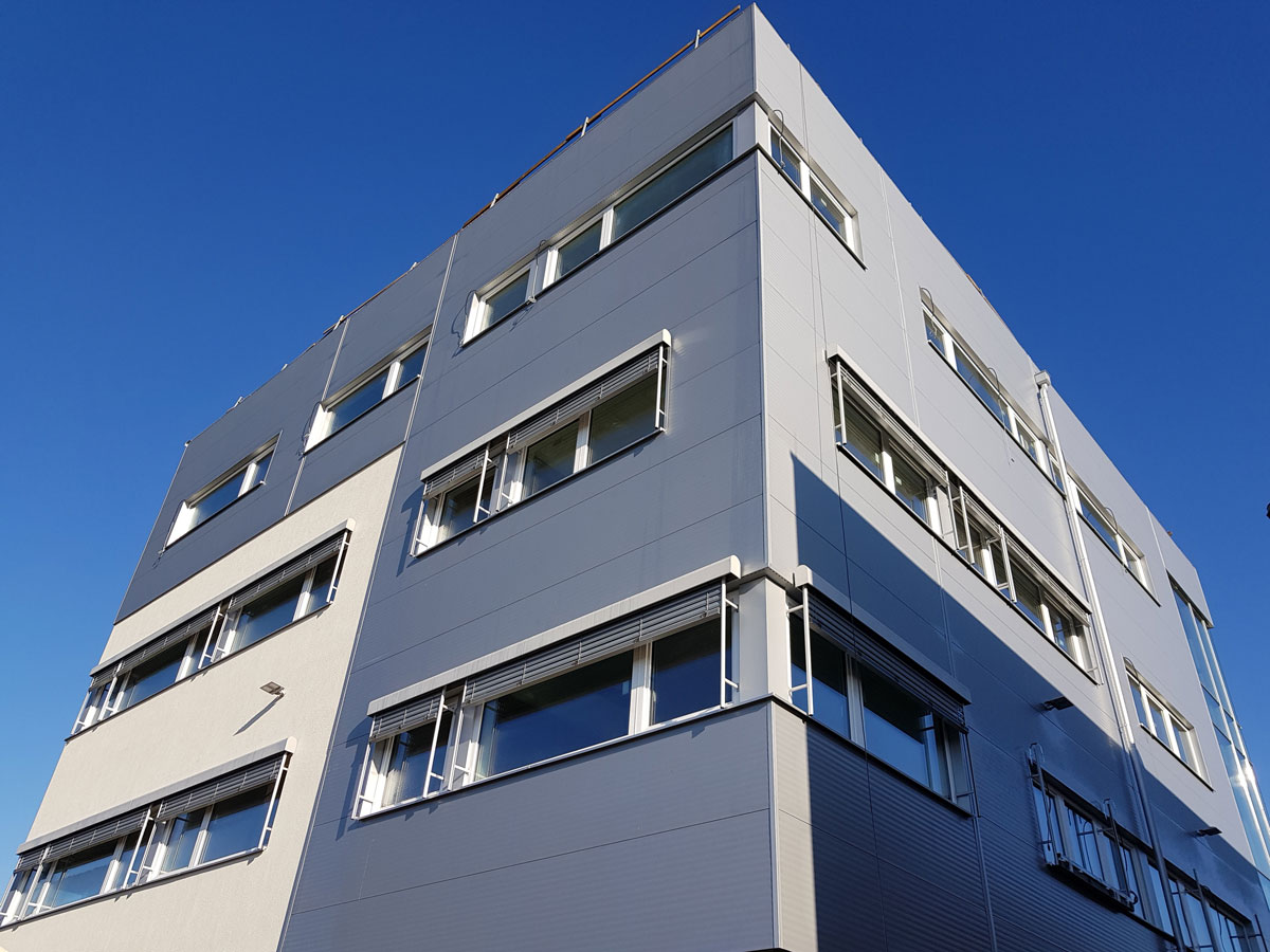 Fenster und Sonnenschutz für Laborgebäude in Grambach von Dr. Maitz